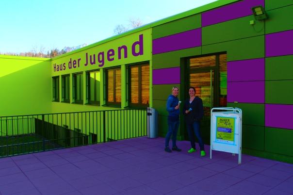 Das Haus der Jugend strahlt in neuer Farbenpracht (von links: Kerstin Plasser, Sandra Schön)